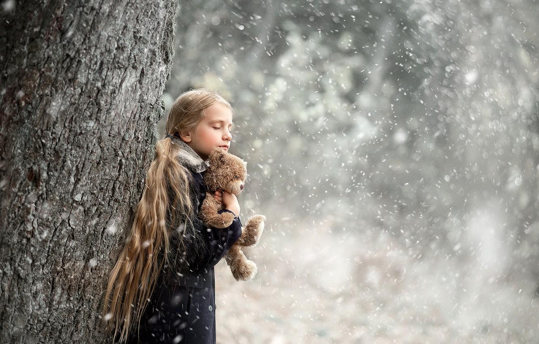 Фото обои зима, снег, дерево, игрушка, мишка, девочка, ствол, Arlauskaite Buloviene Vilma