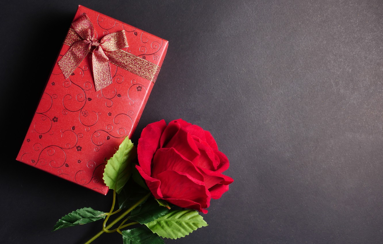 Фото обои цветы, подарок, роза, red, love, черный фон, красная, flowers, romantic, gift, roses