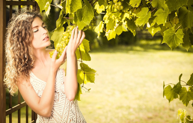 Фото обои девушка, поза, виноград