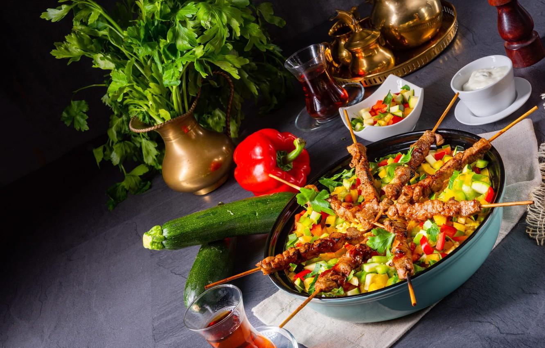Фото обои зелень, стол, чай, еда, мясо, посуда, стаканы, перец, овощи, петрушка, салат, сметана, кабачки, шашлычки, соте