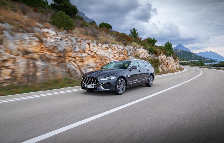 Фото обои дорога, разметка, Jaguar, в движении, универсал, Jaguar XF, 2020, XF, XF Sportbrake