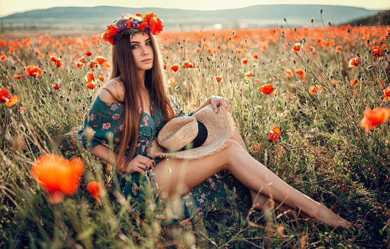 Фото обои поле, взгляд, девушка, солнце, цветы, природа, поза, модель, маки, портрет, шляпа, босиком, макияж, платье, прическа, ...