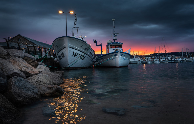Фото обои вода, закат, камни, лодки, вечер, фонари