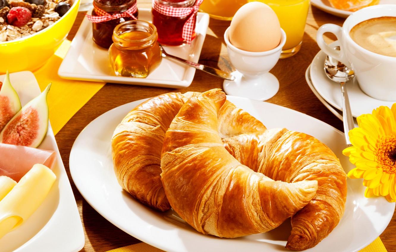 Фото обои цветок, стол, яйцо, кофе, завтрак, тарелка, чашка, мёд, блюдца, варенье, круассаны, мюсли, ложки, салфетки