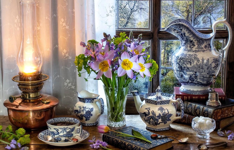 Фото обои цветы, стиль, чай, книги, лампа, букет, чайник, окно, кружка, чашка, тюльпаны, сахар, кувшин
