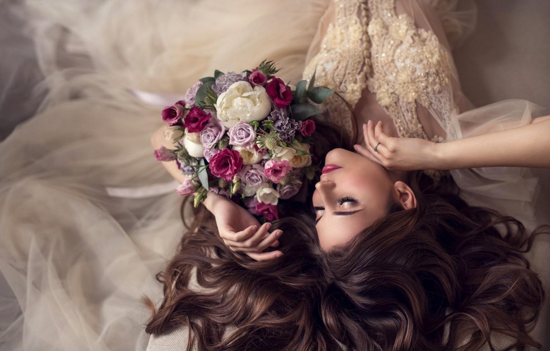 Фото обои девушка, цветы, лицо, поза, стиль, волосы, букет, руки, макияж, невеста, свадебное платье, закрытые глаза, Валерия, …