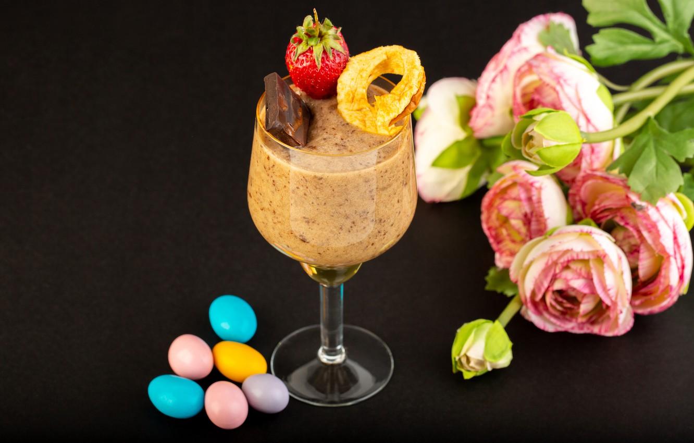 Фото обои цветы, бокал, шоколад, клубника, конфеты, десерт, драже, тёмный фон, ранункулюсы