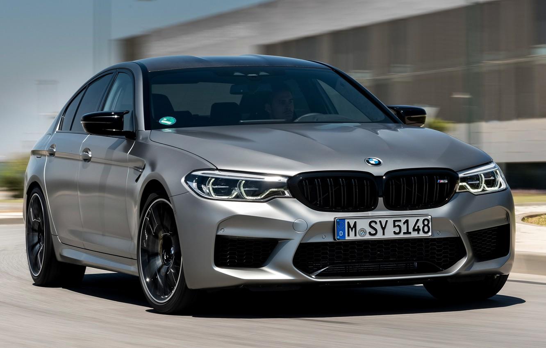 Фото обои дорога, серый, здание, скорость, BMW, седан, 4x4, 2018, четырёхдверный, M5, V8, F90, M5 Competition