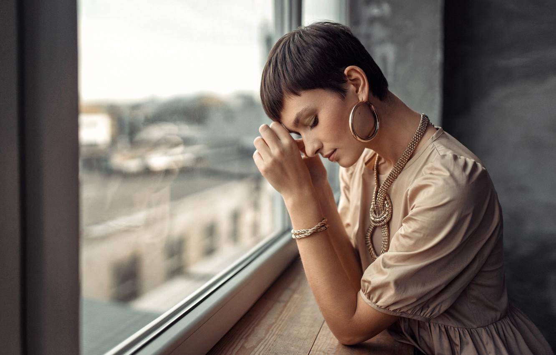 Фото обои девушка, украшения, поза, стрижка, серьги, платье, брюнетка, окно, цепь, браслет, подоконник, Andrius Stankūnas