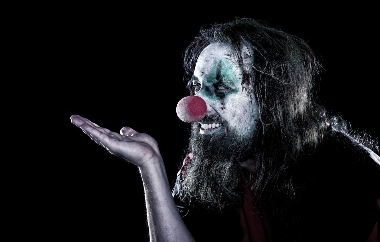 Фото обои улыбка, рука, клоун, прическа, мужчина, борода, черный фон, жест, ладонь, грим, лохматый, мрачный, красный нос, …