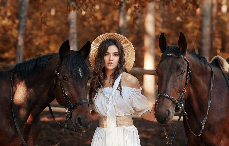 Фото обои взгляд, деревья, поза, модель, портрет, шляпа, макияж, фигура, платье, лошади, прическа, шатенка, красотка, стоит, в …