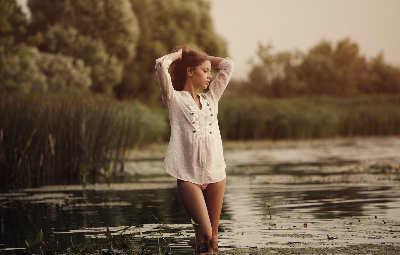Фото обои трава, вода, девушка, деревья, поза, камыши, волосы, ножки, Ксения Кокорева, Юрий Егоров