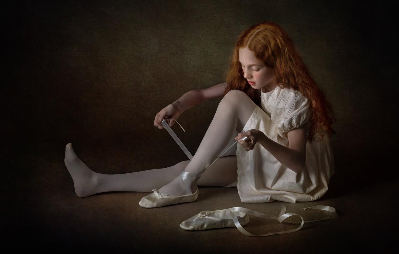 Фото обои ленты, темный фон, обувь, платье, девочка, рыжая, балерина, сидит, рыжеволосая, балет, пуанты, длинноволосая, завязки