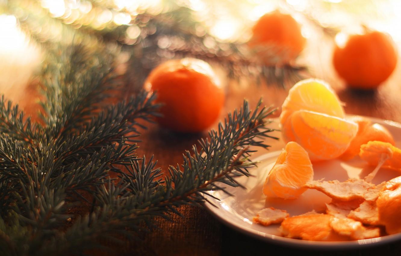 Обои свет, ветки, стол, настроение, праздник, доски, еда, размытие, тарелка, Рождество, Новый год, фрукты, хвоя, дольки, боке, кожура картинки на рабочий стол, раздел еда - скачать