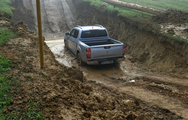 Фото обои земля, грязь, Renault, пикап, 4x4, канава, 2017, Alaskan, серо-серебристый