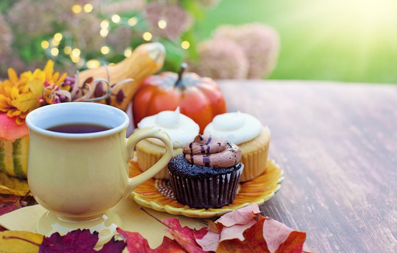 Фото обои осень, листья, стол, тарелка, чашка, тыквы, напиток, овощи, выпечка, пирожные, кексы