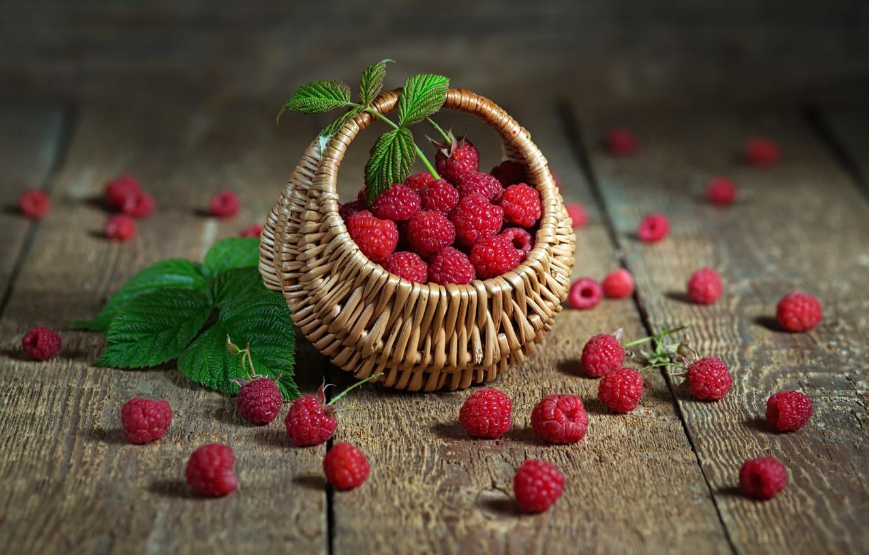 Фото обои ягоды, малина, доски, россыпь, корзиночка