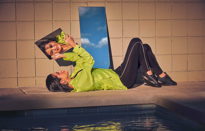 Фото обои поза, отражение, актриса, зеркало, лежит, певица, Selena Gomez