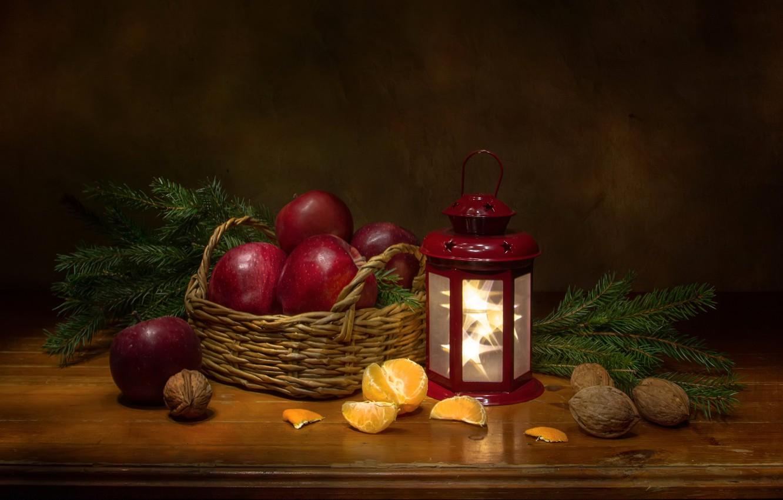 Фото обои ветки, яблоки, ель, фонарь, фрукты, орехи, натюрморт, корзинка, мандарин, Феденкова Татьяна