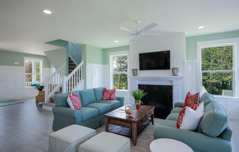 Фото обои комната, окна, интерьер, подушки, лестница, камин, столик, диваны, гостиная