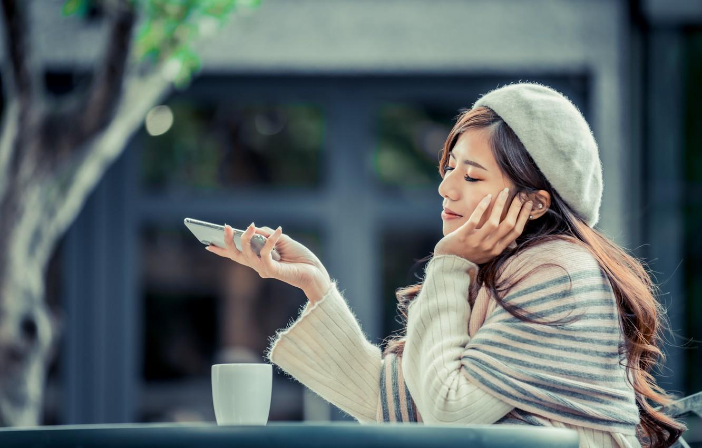 Фото обои девушка, азиатка, сидит, берет, боке, смартфон