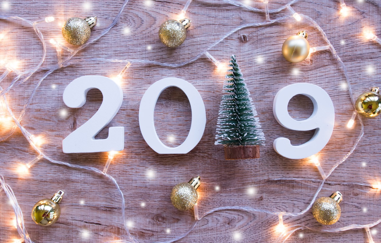 Фото обои дерево, шары, доски, Новый Год, цифры, new year, гирлянда, balls, wood, winter, background, decoration, 2019