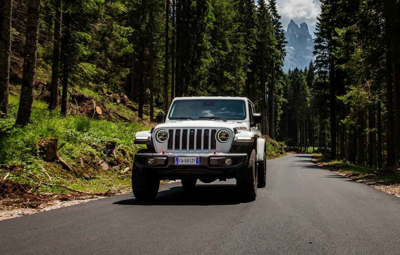 Фото обои белый, внедорожник, пикап, Gladiator, 4x4, Jeep, Rubicon, на дороге, 2019