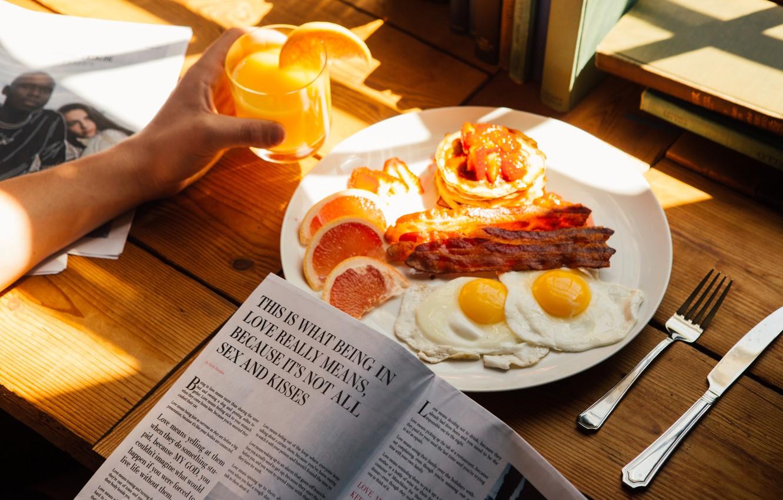 Фото обои солнце, свет, апельсин, завтрак, утро, сок, газета, яичница, бекон, яичница с беконом, панкейки
