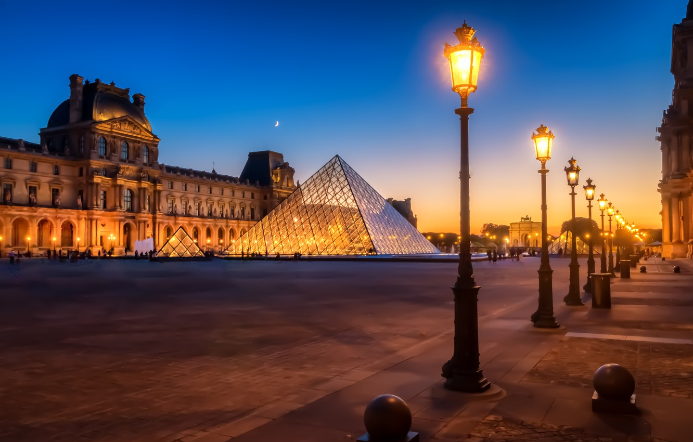 Фото обои ночь, город, Франция, Париж, здания, Лувр, освещение, площадь, фонари, музей