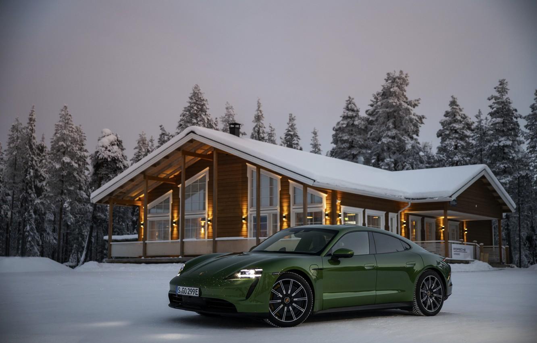 Фото обои снег, Porsche, зелёный, возле дома, 2020, Taycan, Taycan 4S