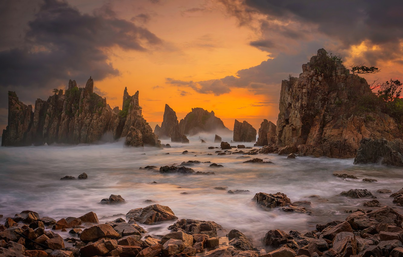 Фото обои море, облака, камни, скалы, зарево