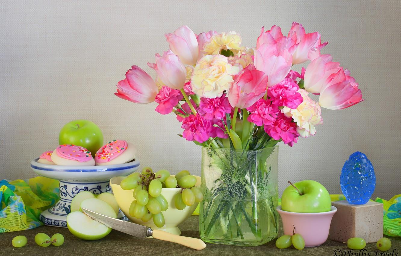 Фото обои цветы, стиль, яблоки, букет, виноград, нож, тюльпаны, ваза, натюрморт, пирожные, гвоздики