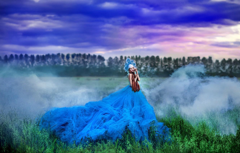 Фото обои зелень, поле, лес, лето, небо, трава, девушка, облака, тучи, природа, поза, туман, стиль, фантазия, настроение, …
