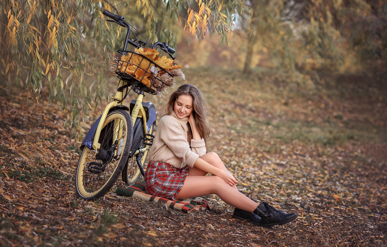 Фото обои осень, листья, девушка, ветки, природа, велосипед, юбка, шатенка, плед, свитер, ботильоны, Виктория Дубровская