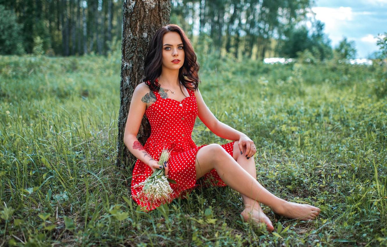 Фото обои зелень, лес, взгляд, цветы, поза, модель, портрет, букет, макияж, фигура, платье, тату, прическа, шатенка, ножки, …