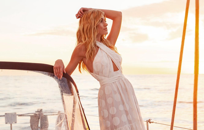 Фото обои море, небо, взгляд, девушка, поза, блондинка, катер, красотка, Katherine McNamara