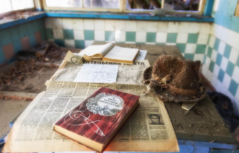 Фото обои комната, шляпа, газета, книга, Чернобыль, зона отчуждения