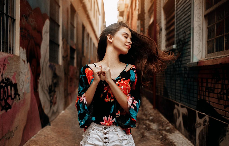 Фото обои девушка, поза, улица, блузка