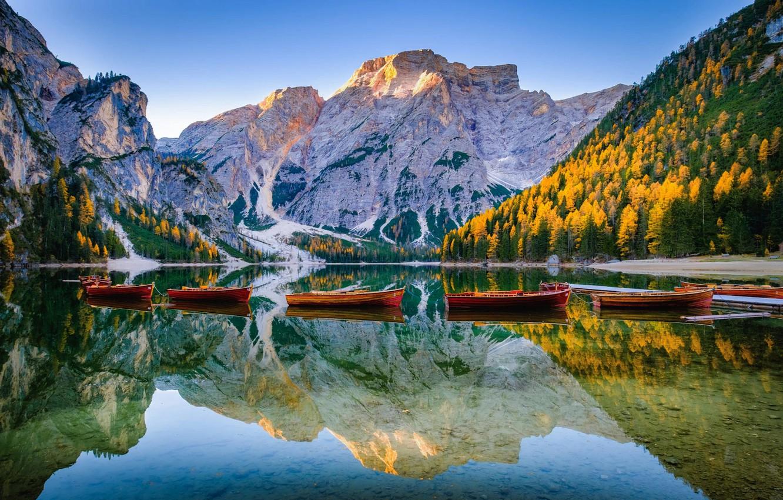 Фото обои пейзаж, горы, природа, озеро, отражение, лодки, Италия, леса, Доломиты, Lago di Braies, Брайес