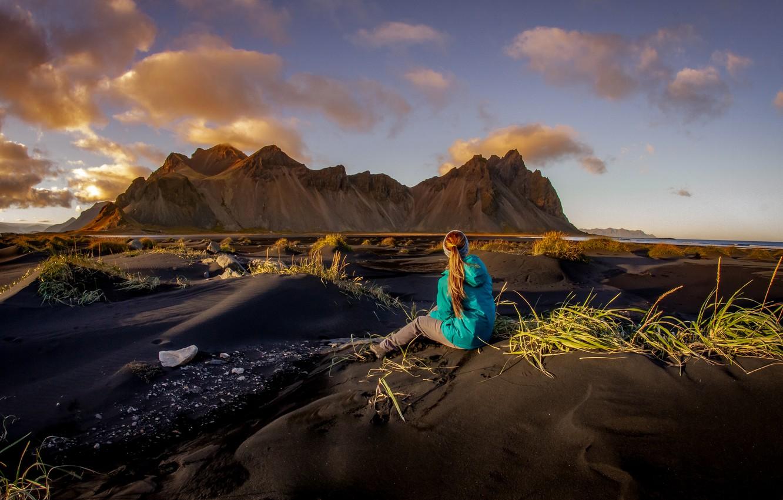 Фото обои песок, небо, трава, девушка, облака, свет, пейзаж, горы, природа, настроение, скалы, холмы, берег, одежда, вершины, …