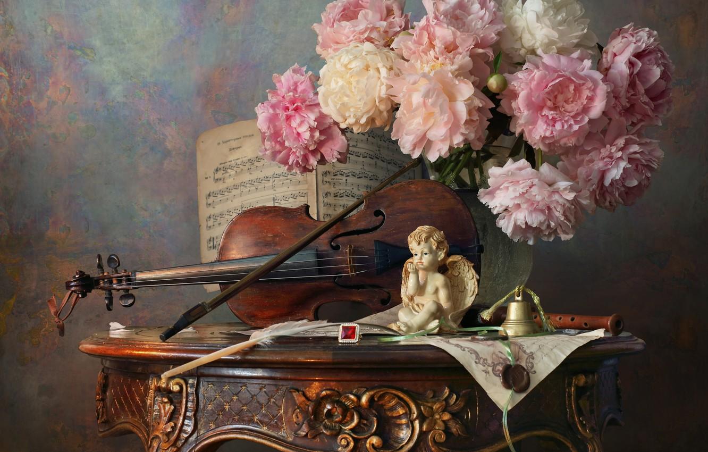 Фото обои цветы, стиль, ноты, скрипка, букет, статуэтка, натюрморт, колокольчик, смычок, пионы, ангелочек, Андрей Морозов