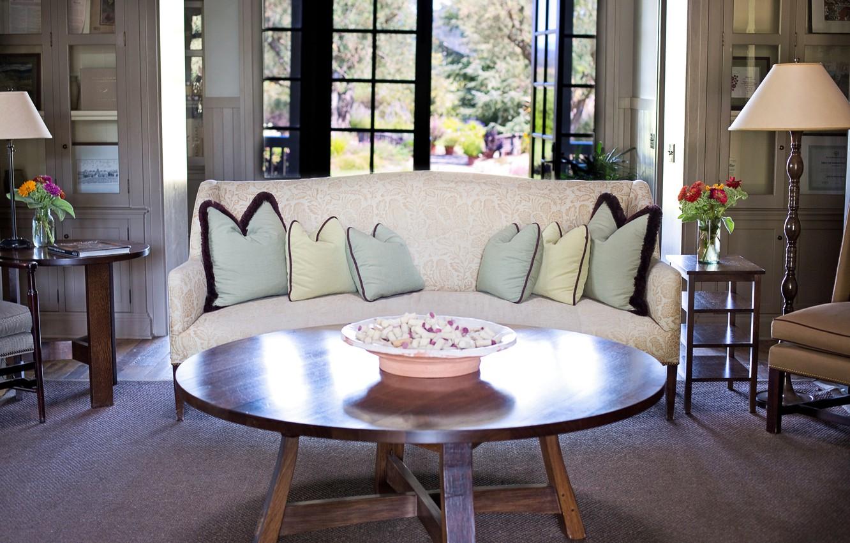 Фото обои стол, комната, диван, интерьер, подушки, окно, торшер, гостиная, блюдо