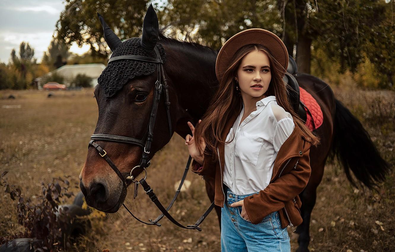 Фото обои девушка, поза, конь, лошадь, куртка, шляпка, Алина Божко, Кристина Степанова
