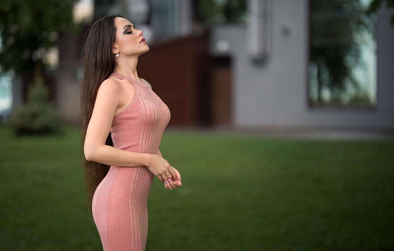 Фото обои трава, поза, газон, модель, портрет, макияж, фигура, платье, прическа, двор, шатенка, стоит, в розовом, боке, …