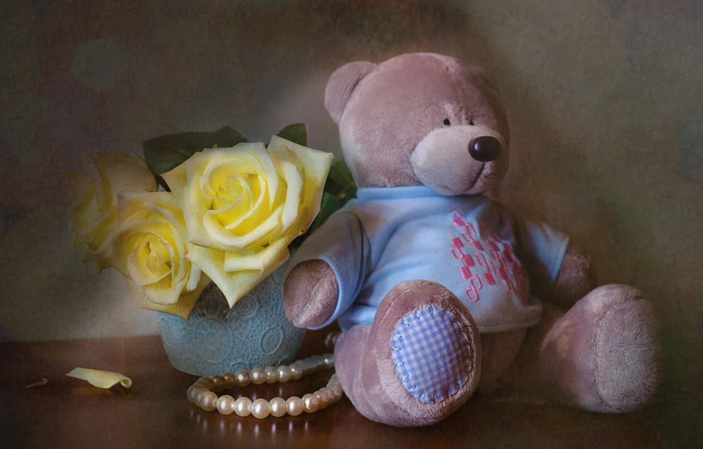 Фото обои радость, цветы, стол, игрушка, розы, мишка, жемчуг, бусы, натюрморт