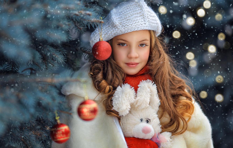 Фото обои взгляд, шарики, лицо, блики, волосы, игрушка, портрет, девочка, Новый год, ёлка, зайка, берет, Георгий Бондаренко