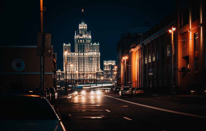 Фото обои дорога, город, улица, здания, дома, вечер, освещение, Москва, архитектура, высотка, Котельническая набережная