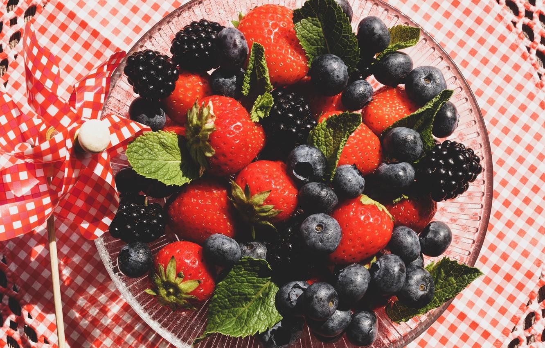 Фото обои ягоды, малина, черника, тарелка, ткань, ежевика, ассорти