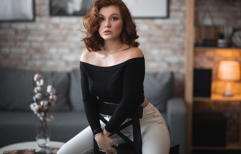 Фото обои девушка, поза, комната, диван, стул, шатенка, плечи, локоны, Владимир Васильев