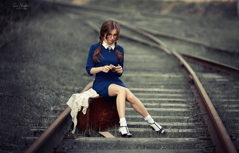 Фото обои девушка, рельсы, железная дорога, чемодан, Анна Шувалова